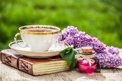 Tasse de thé et boisson de l'amour Sirop pour le thé Philtre d'amour et thé Concept romantique Image stock