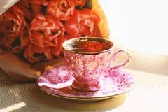 Tasse de thé et de bouquet photos stock