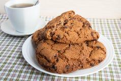 Tasse de thé et de biscuits avec du chocolat Images stock