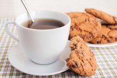 Tasse de thé et de biscuits avec du chocolat Americano Images libres de droits