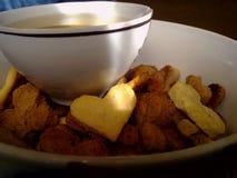 Tasse de thé et de biscuits en forme de coeur image libre de droits