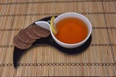 Tasse de thé et de biscuits sur le bois image libre de droits