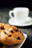 Tasse de thé et de boulangerie faite maison avec du chocolat sur la table en bois foncée Photo stock