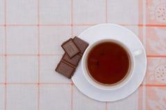 Tasse de thé et de chocolat avec des écrous Image stock