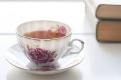 Tasse de thé et livres de la Chine sur la table blanche Photographie stock