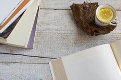 Tasse de thé et livres sur le fond en bois avec l'espace pour le texte Concepts - temps de détente passé à la maison, la vie rust Photographie stock