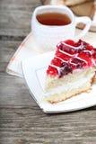 Tasse de thé et morceau de gâteau Photographie stock libre de droits