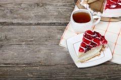 Tasse de thé et morceau de gâteau Photos libres de droits