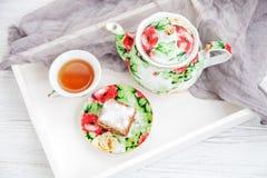 Tasse de thé et morceau de gâteau sur un plateau en bois Le concept de soit Photos libres de droits