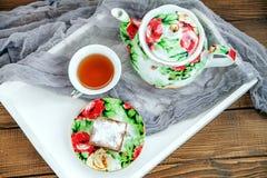 Tasse de thé et morceau de gâteau sur un plateau en bois Vue supérieure L'escroquerie Photos libres de droits