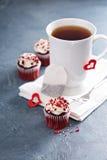 Tasse de thé et petits gâteaux pour le jour de valentines photos stock