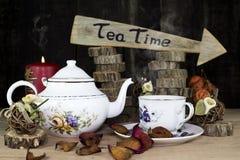 Tasse de thé et théière sur la table en bois Signe de flèche avec le texte, thé Photo stock