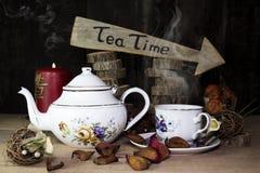 Tasse de thé et théière sur la table en bois Signe de flèche avec le texte, thé Photos libres de droits
