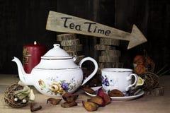 Tasse de thé et théière sur la table en bois Signe de flèche avec le texte, thé Images libres de droits
