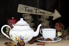 Tasse de thé et théière sur la table en bois Signe de flèche avec le texte, thé Image libre de droits