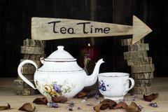 Tasse de thé et théière sur la table en bois Signe de flèche avec le texte, thé Image stock