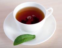 Tasse de thé et une feuille de menthe photos libres de droits