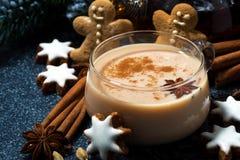 Tasse de thé de masala et de biscuits épicés chauds de Noël Image stock