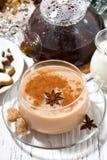 Tasse de thé de masala et de biscuits épicés chauds de Noël Images stock