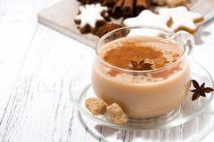 Tasse de thé de masala et de biscuits épicés chauds de Noël Photo libre de droits