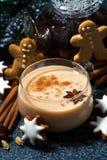tasse de thé de masala et de biscuits épicés chauds de Noël, verticale Photo libre de droits