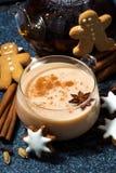 tasse de thé de masala et de biscuits épicés chauds de Noël, vue supérieure Image libre de droits