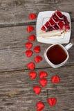 Tasse de thé, morceau de gâteau et coeur rouge Photo libre de droits