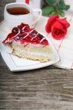 Tasse de thé, morceau de gâteau et rose de rouge Photos libres de droits