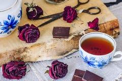Tasse de thé noir avec des barres de chocolat Images stock
