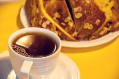Tasse de thé noir avec le panettone Photos stock