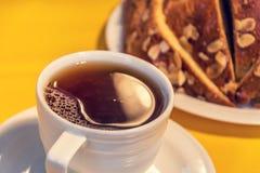 Tasse de thé noir avec le panettone Photo libre de droits