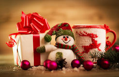 Tasse de thé ou de café Bonbons et épices Décoration de Noël avec le bonhomme de neige Photographie stock