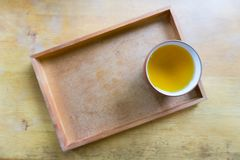 Tasse de thé de plat en bois Photos libres de droits