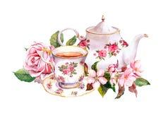 Tasse de thé, pot de thé avec des fleurs Carte de cru watercolor Photographie stock