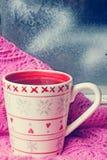 Tasse de thé près de la fenêtre d'hiver Photo libre de droits