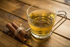 Tasse de thé sur le fond en bois Photographie stock