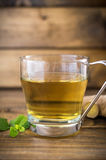Tasse de thé sur le fond en bois Images libres de droits