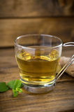 Tasse de thé sur le fond en bois Image libre de droits