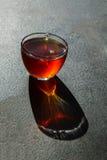 Tasse de thé sur le fond noir Image stock