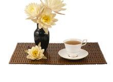 Tasse de thé sur le tapis en bambou. Images stock