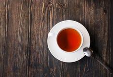 Tasse de thé sur une table en bois Photographie stock libre de droits