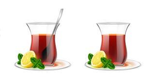 Tasse de thé transparente turque avec le thé noir, cuillère d'argent, menthe a illustration libre de droits