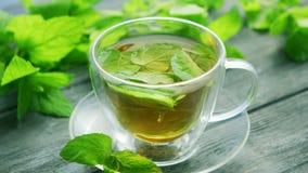 Tasse de thé vert avec la menthe et le citron clips vidéos