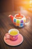 Tasse de thé vert avec le pot Photos stock
