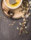 Tasse de thé vert de cerise sur le fond en pierre foncé, vue supérieure Photos libres de droits