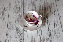 Tasse de thé de vintage sur la table blanche rustique Images stock