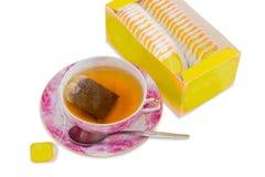 Tasse de thé, cuillère, soucoupe, boîte de sacs à thé Images stock