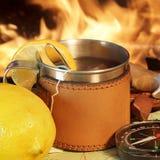 Tasse de thé, de boussole et de carte Image stock