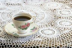 Tasse de thé de cru sur la nappe de crochet Photos stock