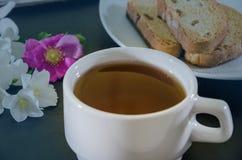 Tasse de th? de jasmin avec des biscottes sur un fond noir, en gros plan photographie stock
